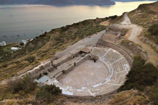 Το αρχαίο θέατρο της Μήλου έχει τη μοναδικότερη Θεα ..