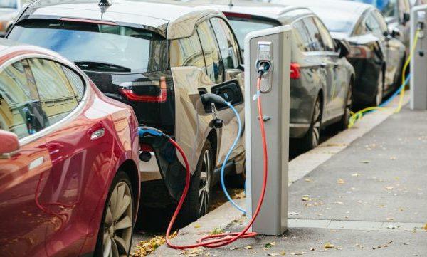 Εγκαταστάθηκε σταθμός φόρτισης ηλεκτρικών αυτοκινήτων στην Καρδίτσα