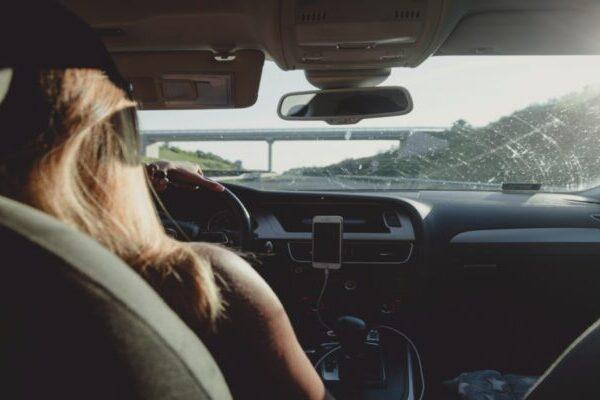 Η συνήθεια με το λεβιέ στο αυτοκίνητο που προκαλεί ζημιά