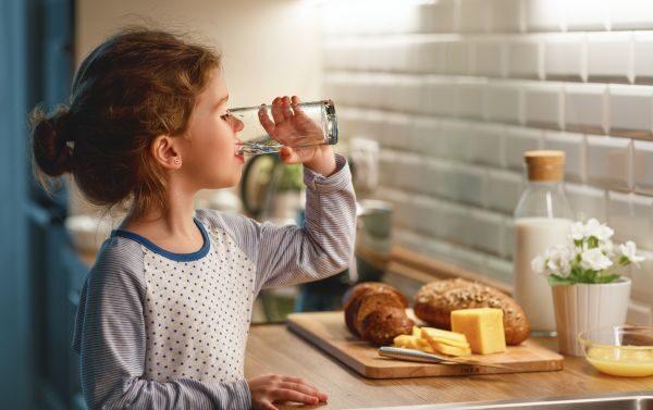 Πόσο νερό πρέπει να πίνουν τα παιδιά;