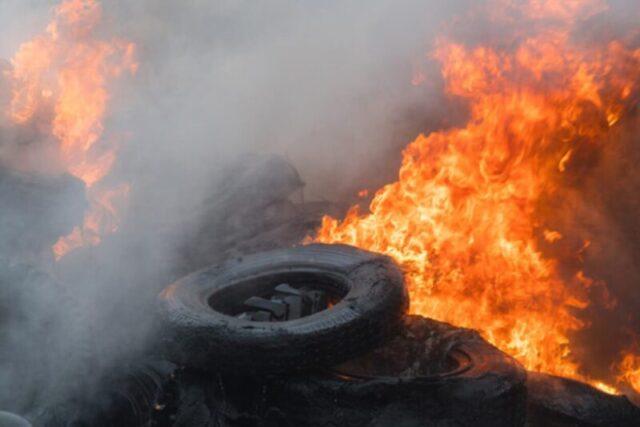 Ρομά έκαιγαν ελαστικά στον Κολοβρέχτη – Επεισόδιο στο σημείο με Αστυνομία και Πυροσβεστική