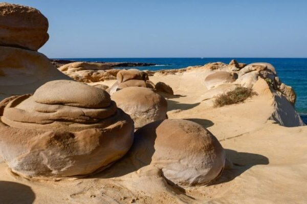 Το Ελληνικό Νησί Με Τα… Σεληνιακά Γλυπτά Από Λάβα